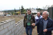 El regidor d'Urbanisme, Jordi Sánchez, amb una representació de l'AV de l'Estany de Gallecs