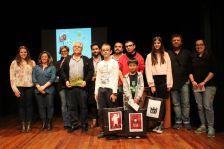 Fotografia de família dels premiats als concursos artístics de Festa Major, amb les autoritats municipals