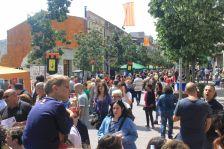 El carrer Major, durant la Fira de Sant Jordi 2017